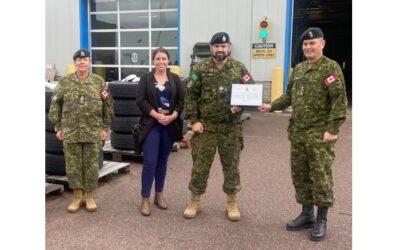 Le Sgt Navas reçoit le titre de Membre de l'année 2020 du 7e Gp Comm