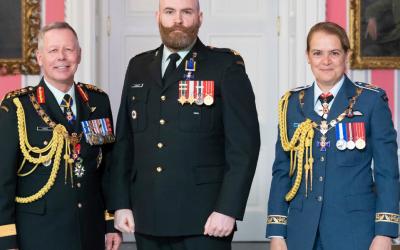 Le Major Blair A. Christie, MMM, CD investi dans l'Ordre du Mérite Militaire (OMM)